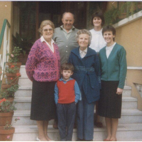 1986 - Caterina Frassine mit ihren Töchtern Silvana und Liliana, ihrem Neffen Tiziano und zwei englischen Gästen Norah und Thomas